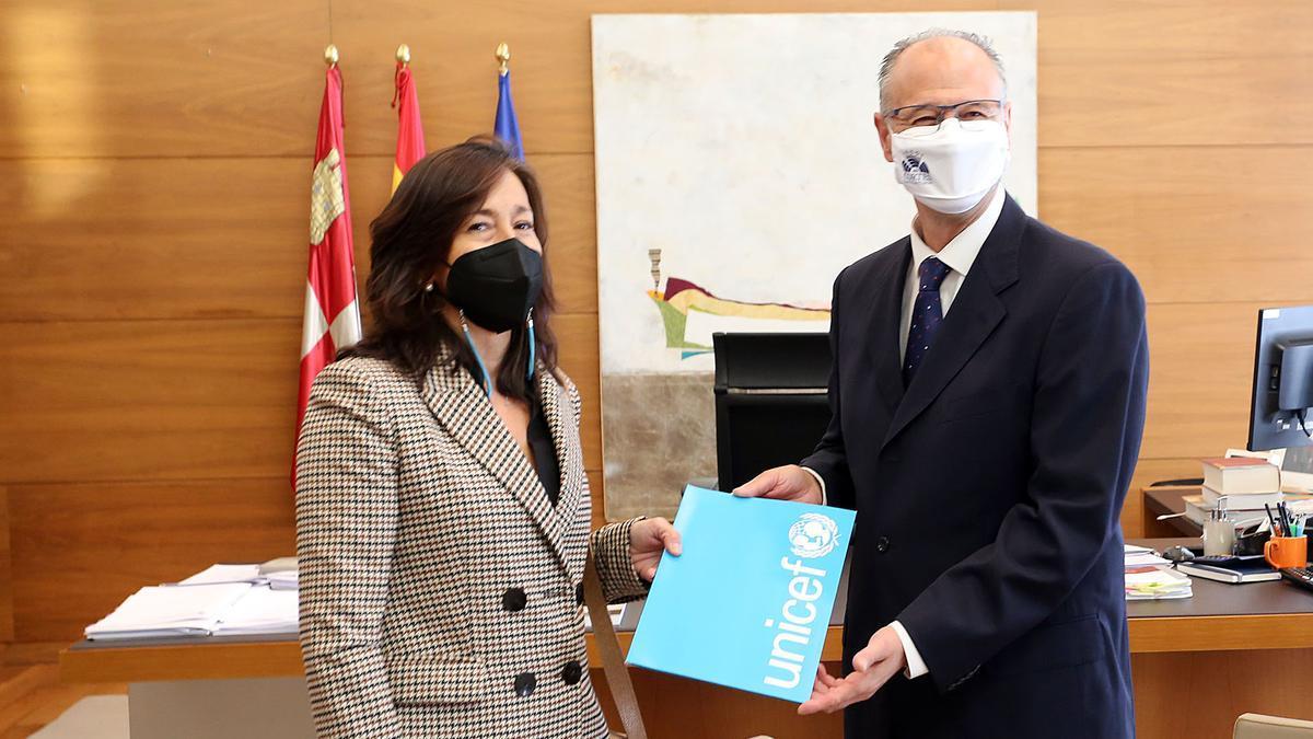 El presidente de las Cortes junto a la presidenta de UNICEF Castilla y León, Eugenia García.