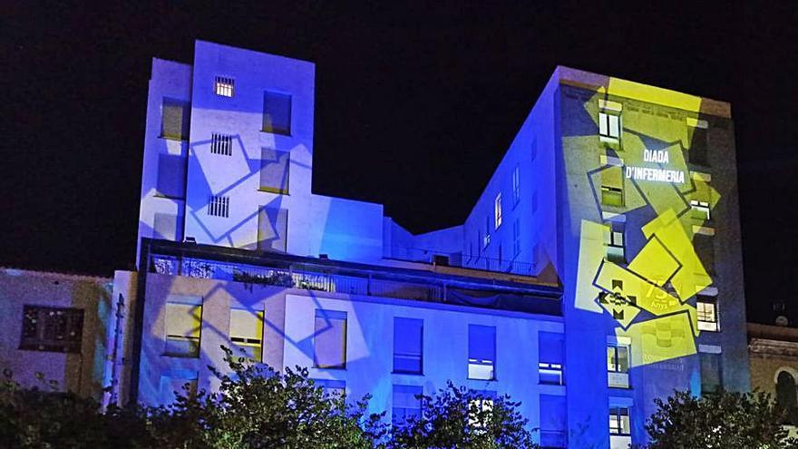 La Clínica Girona il·lumina la façana per commemorar el Dia Internacional de la Infermeria