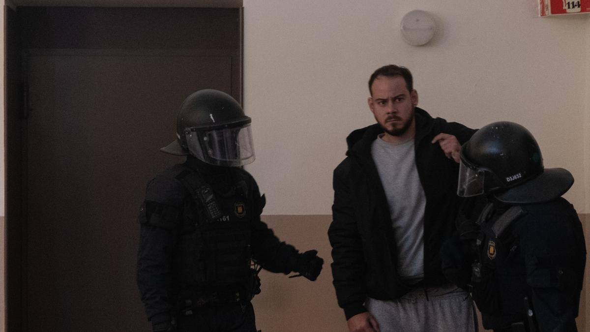 Los Mossos se llevan detenido a Pablo Hasel, en Lleida, Cataluña.