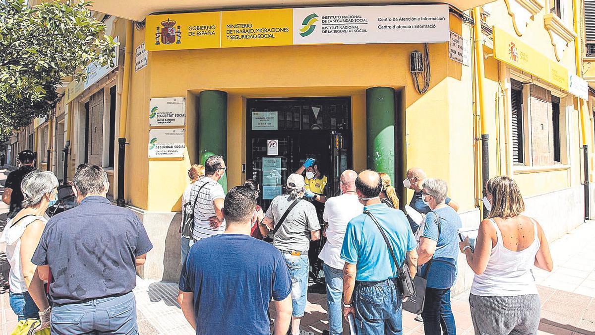 Un grupo de ciudadanos hace cola frente a la sede de la Seguridad Social de Castelló, donde se tramita el IMV.
