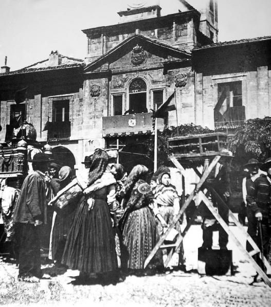 A la izquierda, un día de mercado en El Parche; a la derecha, un carruaje de caballos circula por El Parche en dirección a la actual calle Ruiz Gómez. | Archivo de Nardo Villaboy