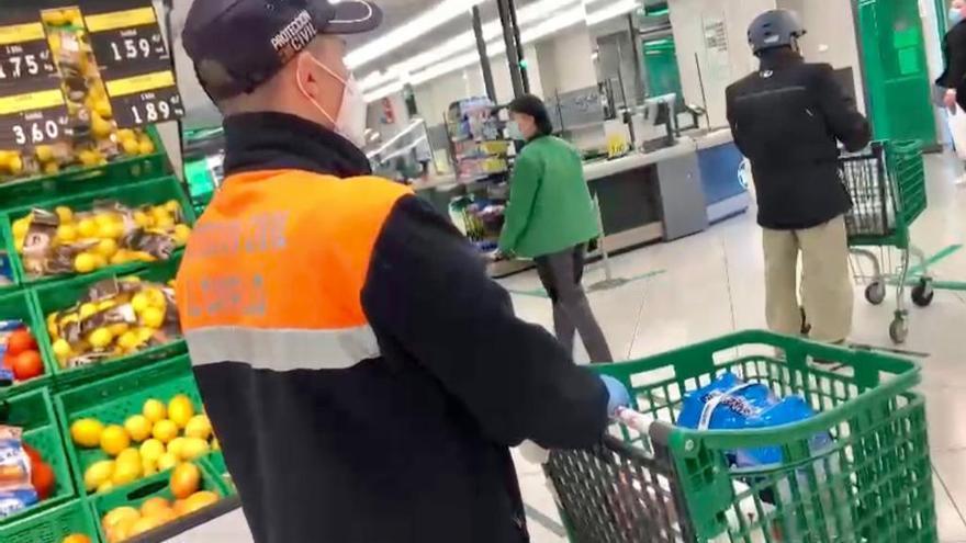 Más de una veintena de familias afectadas por covid utilizan el servicio de Protección Civil de El Campello para hacer sus compras