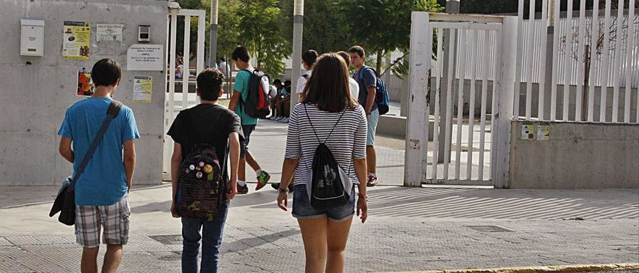 Jóvenes a la puerta del instituto de Carcaixent. | VICENT M. PASTOR