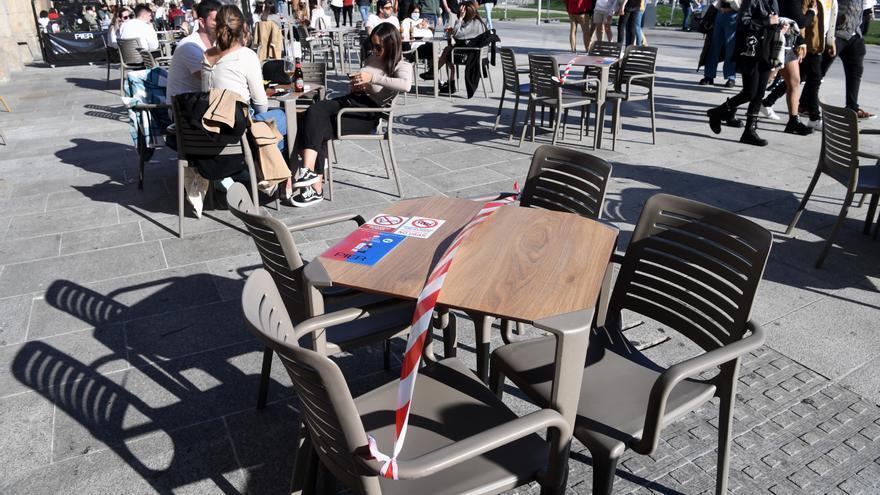 Sol, playa, paseos y terrazas llenas con señalización segura en A Coruña