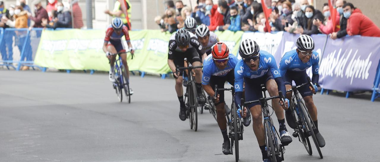Carretero, en primer plano, Eider Rubio, a la derecha, y Nairo Quintana pelean por el triunfo de Cangas del Narcea