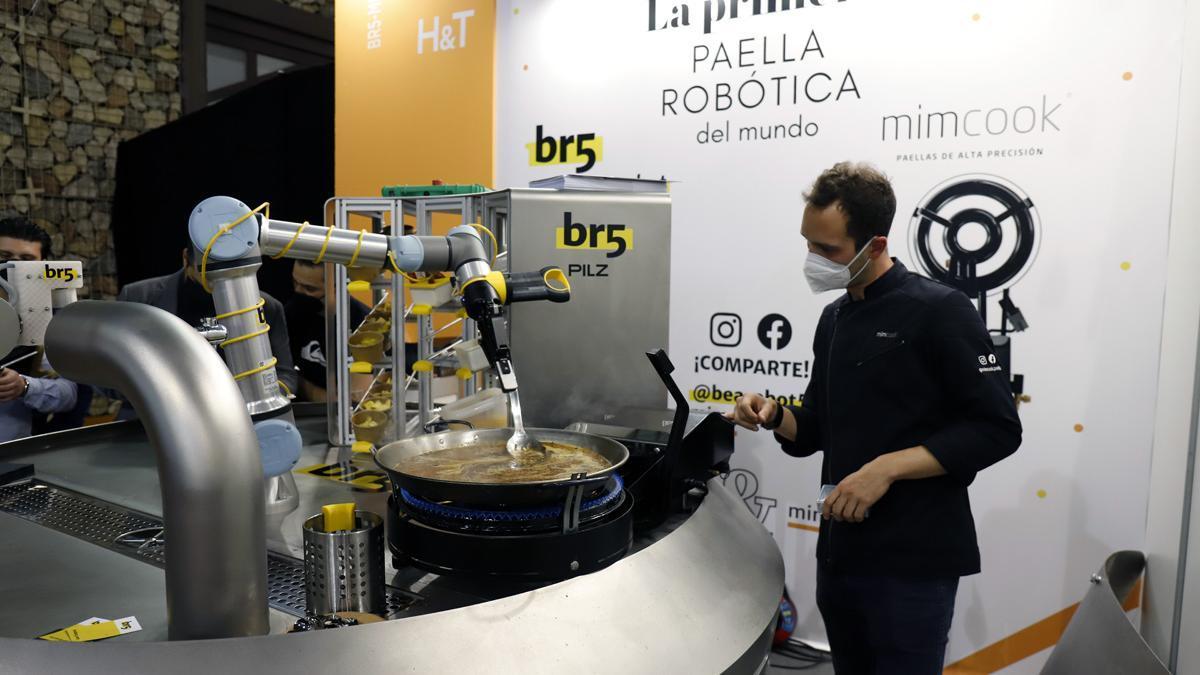 La primera paella cocinada por una robot, presentada en el Salón de Innovación en Hostelería H&T