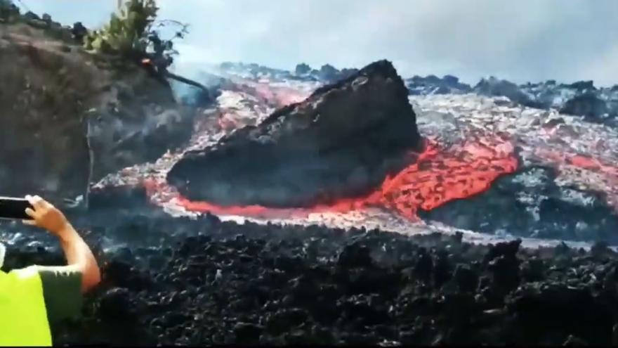 La lava del volcán arrastra una roca gigante