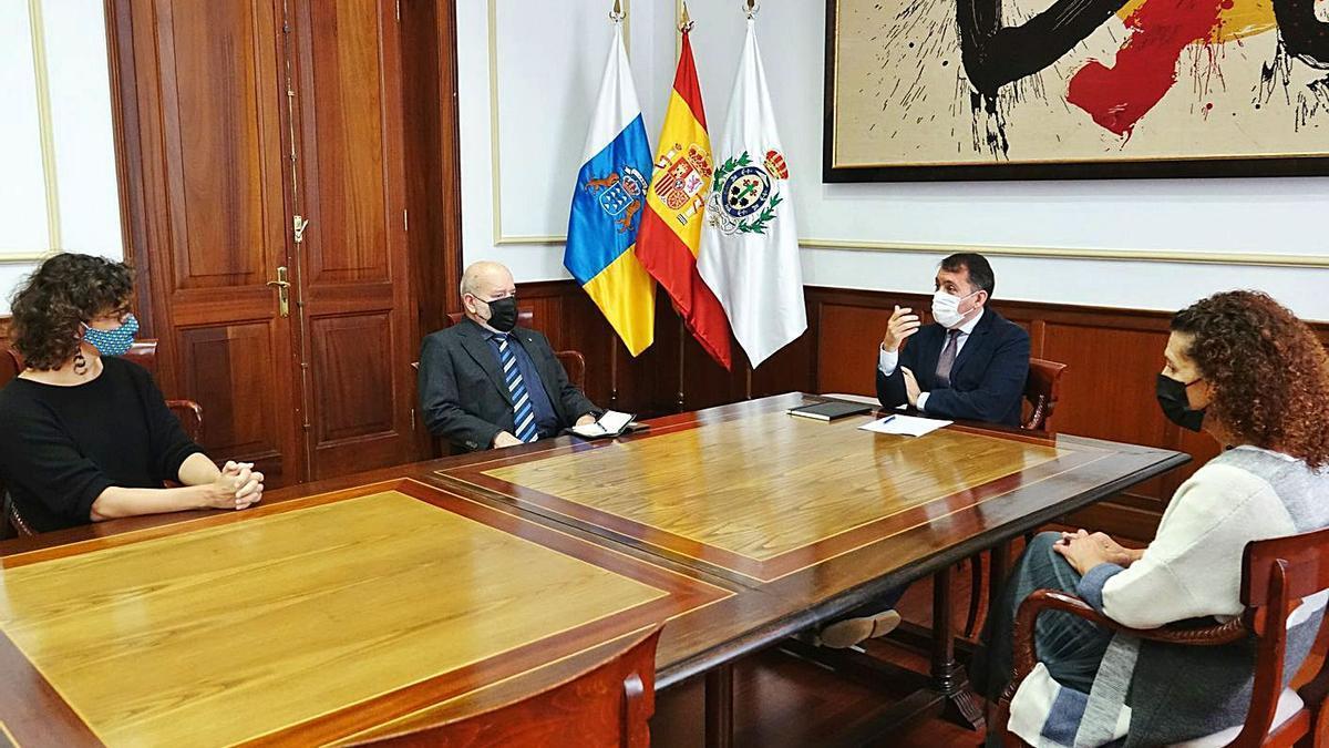 Alicia Cebrián, Miguel Concepción, José Manuel Bermúdez y Milagros Luis, durante el encuentro de ayer.