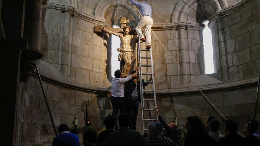 El Cristo de la Agonía baja de su altar y se prepara para salir en la procesión