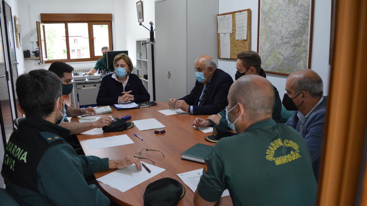 Un momento de la reunión de Delia Losa con los agentes de Montaña.