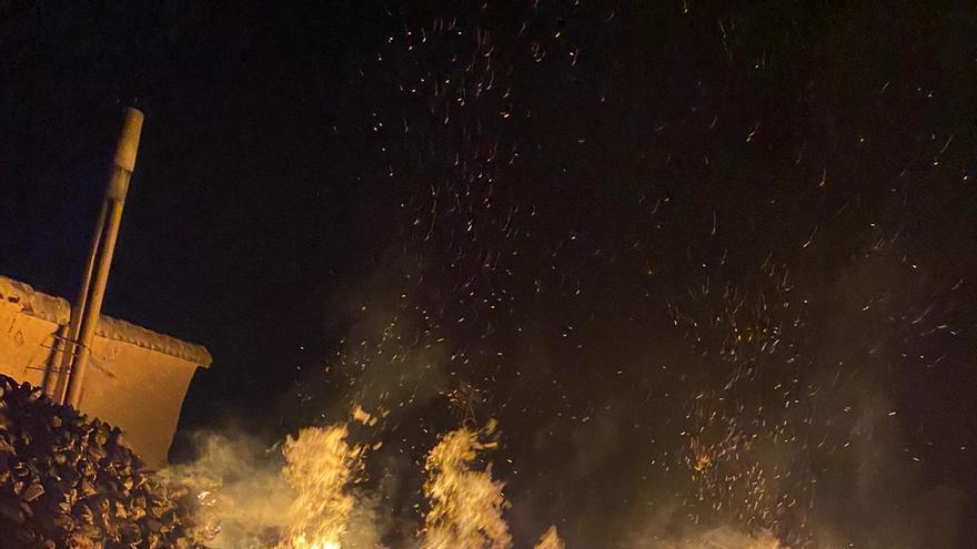 Arde un corral lleno de leña en la Plaza Mayor de Tagarabuena