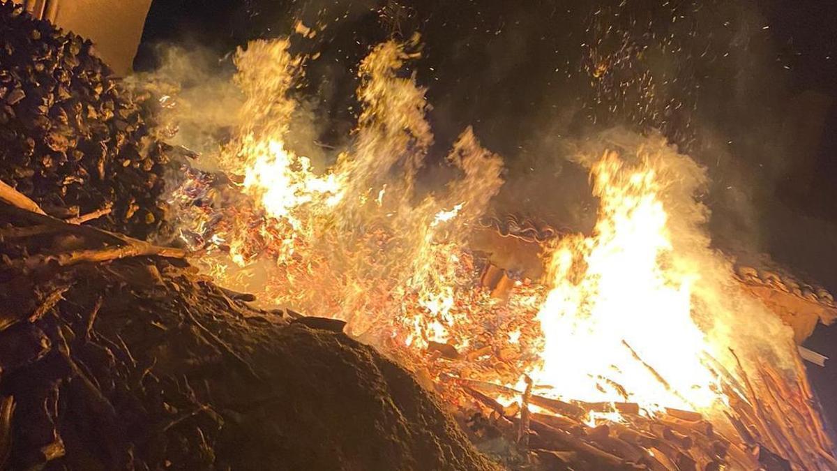 Incendio en un corral lleno de leña en Tagarabuena