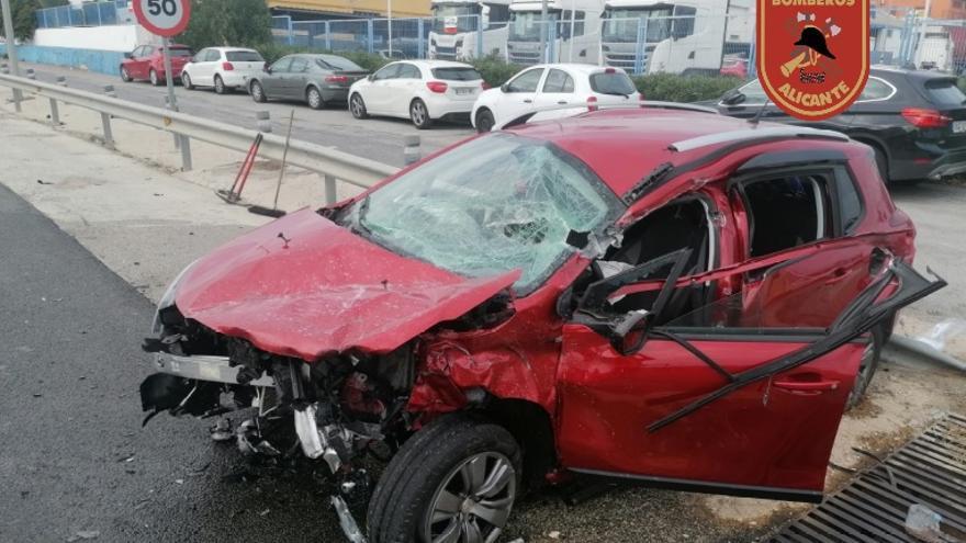 Herida una mujer de 51 años en un accidente entre un coche y un camión en Alicante