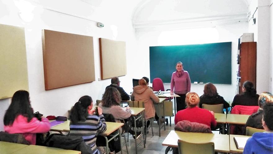 Educación subvenciona al ayuntamiento de Monesterio para continuar con el Aula de Adultos