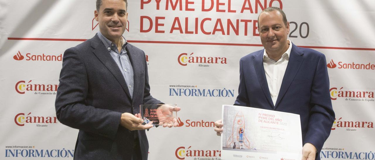 Javier Mira y Salvador Martí, durante la recogida del premio a la mejor Pyme del Año en Alicante.