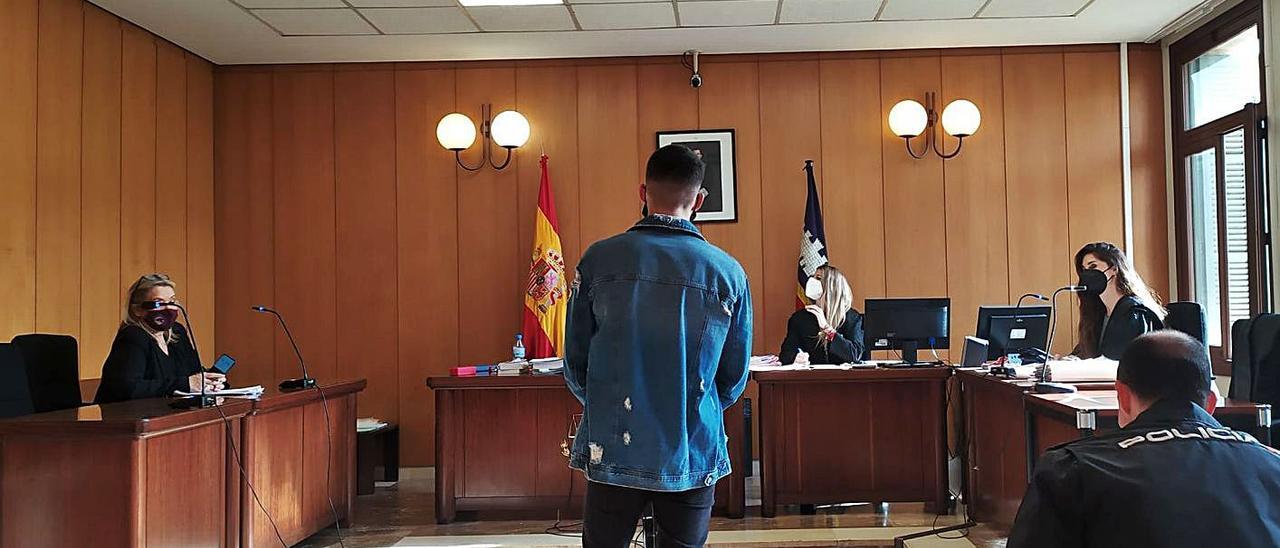 El joven acusado por el violento atraco, ayer durante la vista celebrada en Palma.
