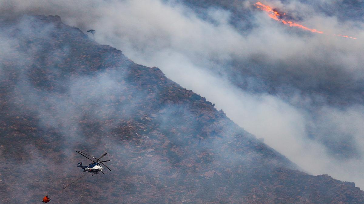 Helicópteros contra incendio intentando apagar el fuego de la Sierra Bermeja.