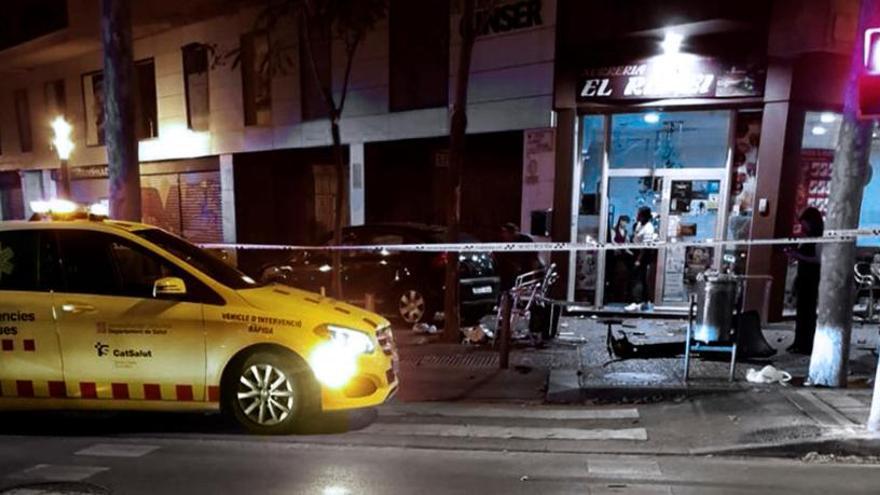 Un conductor se estrella contra una terraza y deja a una niña herida grave en Girona