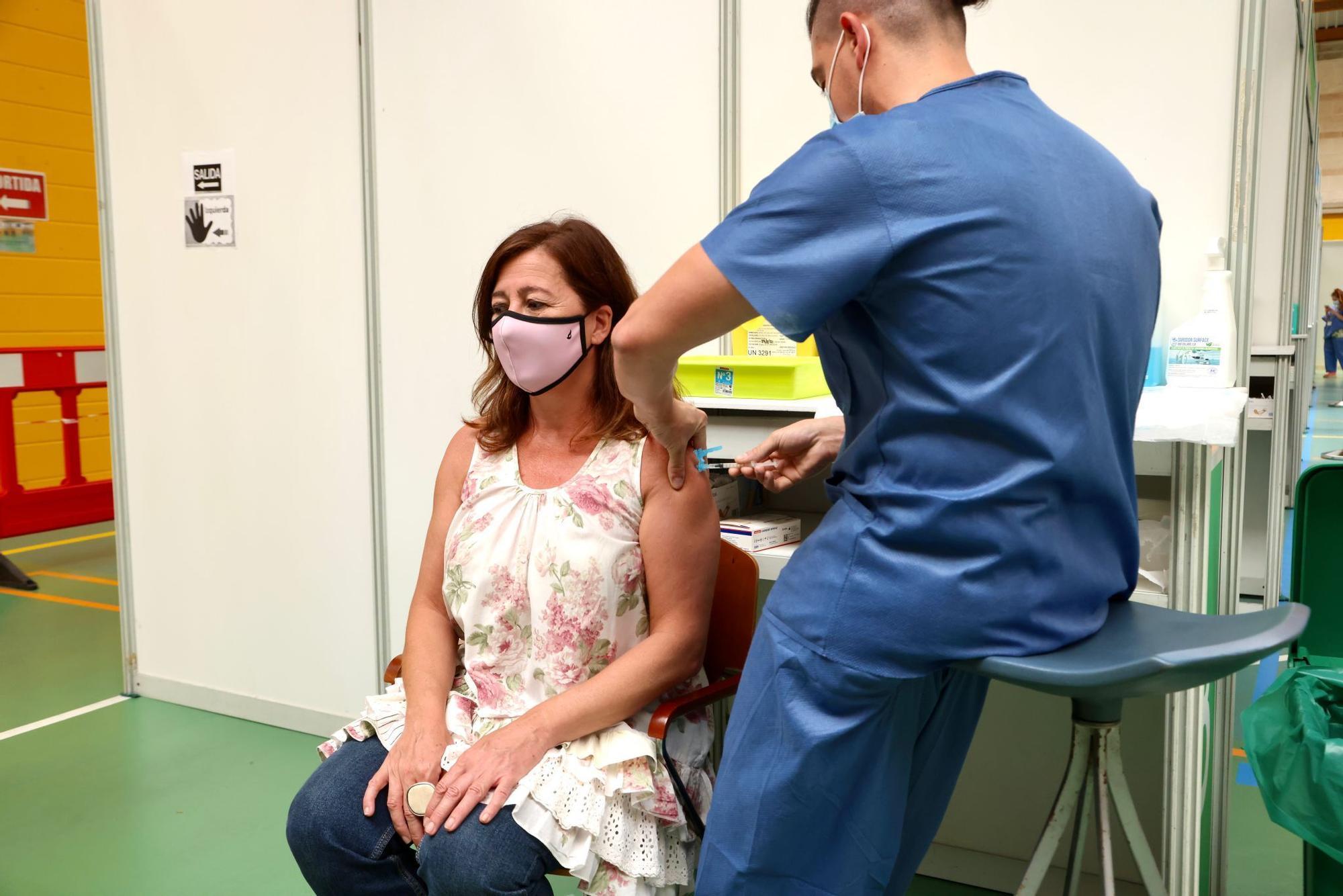 Francina Armengol recibe la primera dosis de la vacuna contra el coronavirus