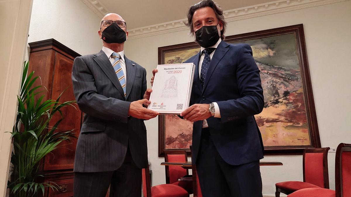 El Diputado del Común, Rafael Yanes, y el presidente del Parlamento, Gustavo Matos.