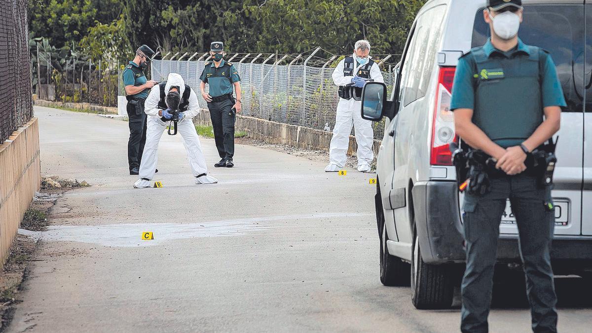 Agentes del Laboratorio de Criminalistica de la Guardia Civil toman fotos del lugar en el que quedó el hombre fallecido