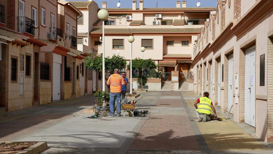 Puçol sustituye el pavimento de la plaza de la Pau