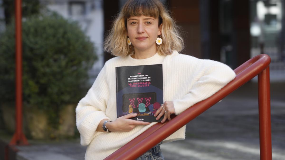 María Rodríguez, ayer con la guía sobre porno y educación sexual