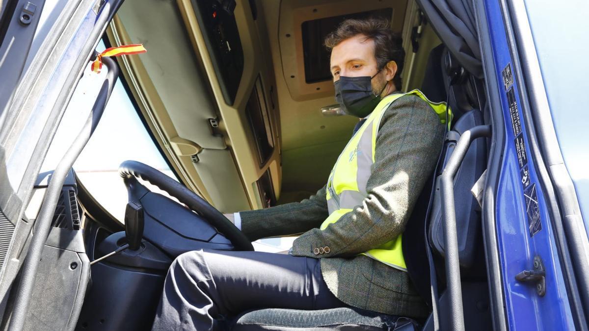 Pablo Casado, subido a un camión en la Terminal Marítima de Zaragoza.