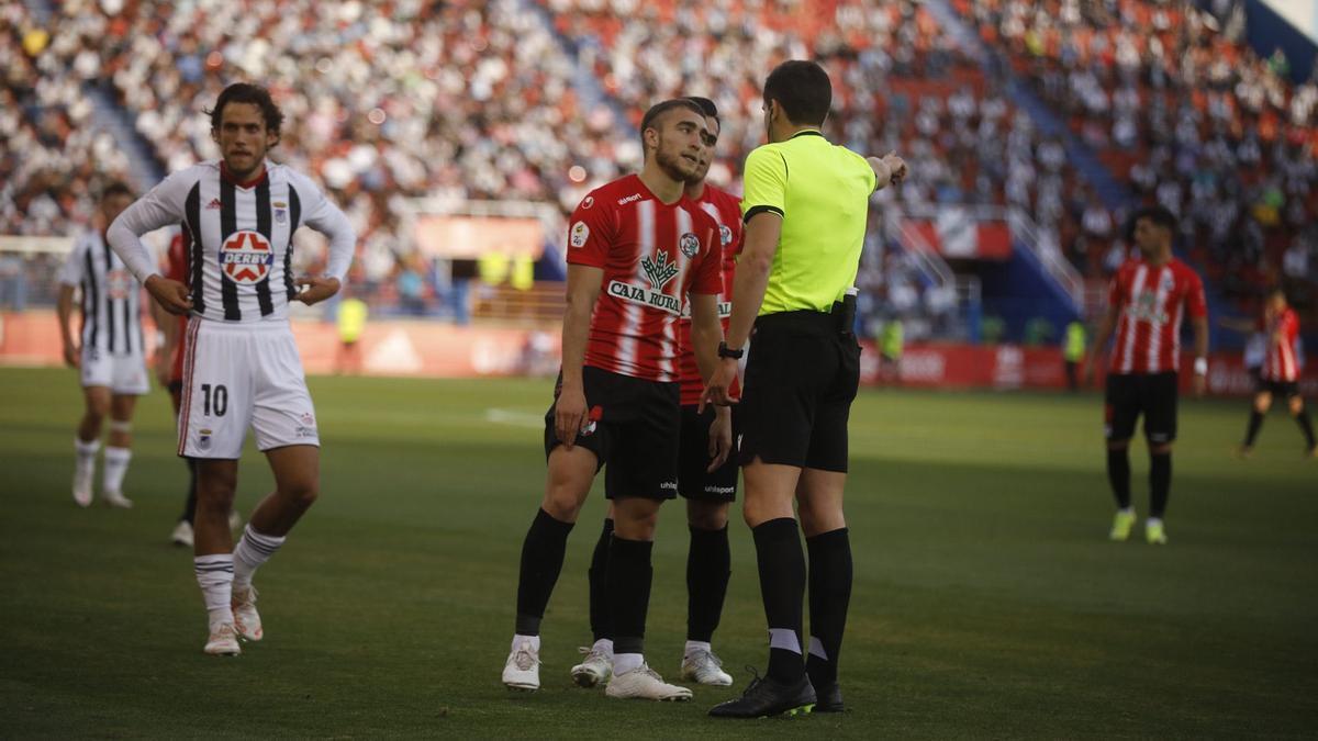 Perero protesta al árbitro