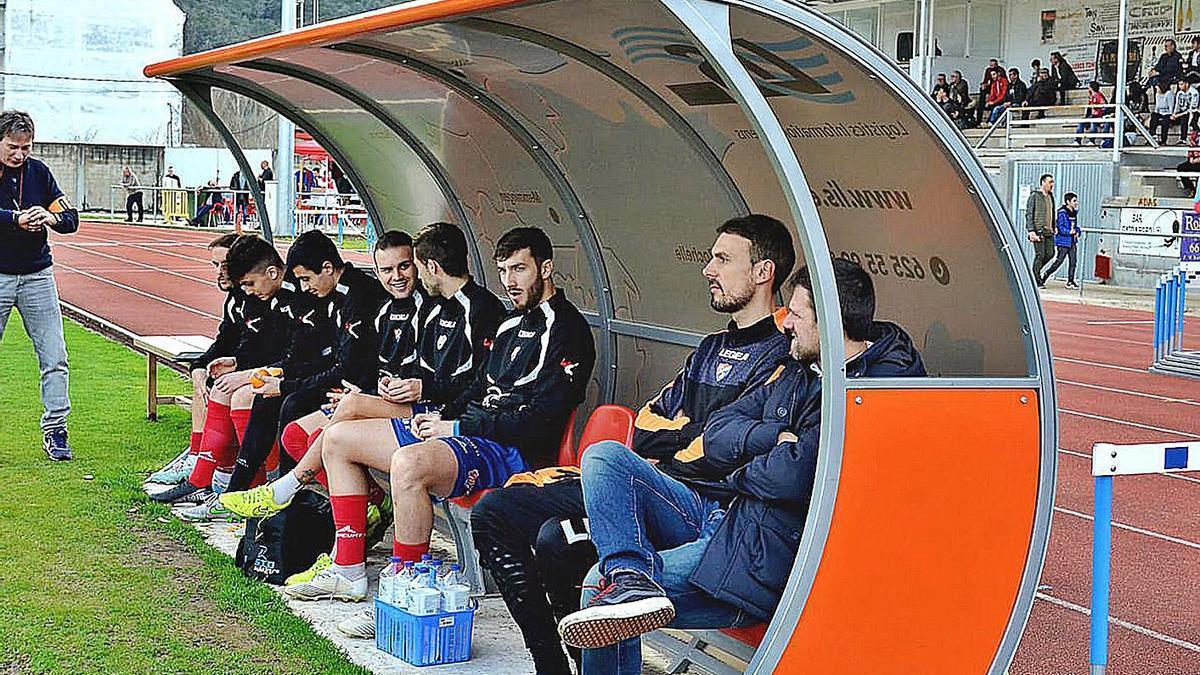 Manolo Pérez, sentado en el banquillo del Barco durante un partido de liga en Calabagueiros. |  // XABIER RA
