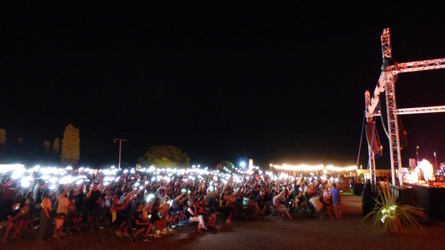 La cançó «De bonesh» d'Oques Grasses al concert a l'Escala en el marc del festival Portalblau