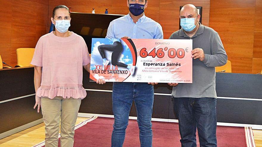 Esperanza Salnés recibe la recaudación de la Milla Urbana