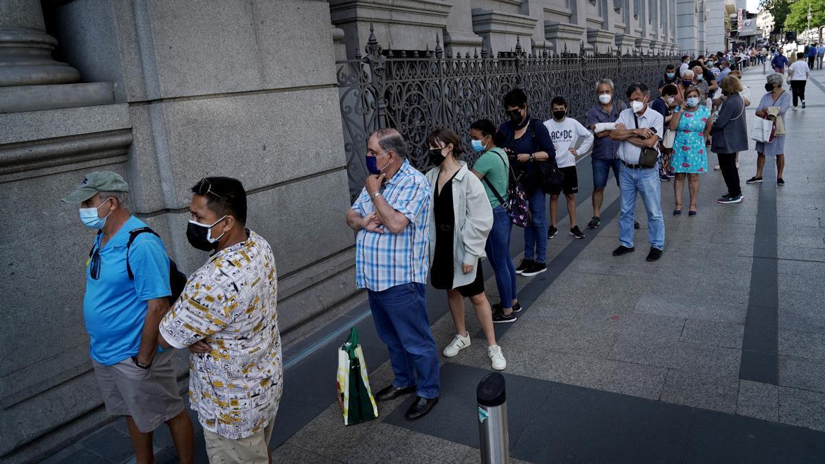 Colas en el exterior del Banco de España.