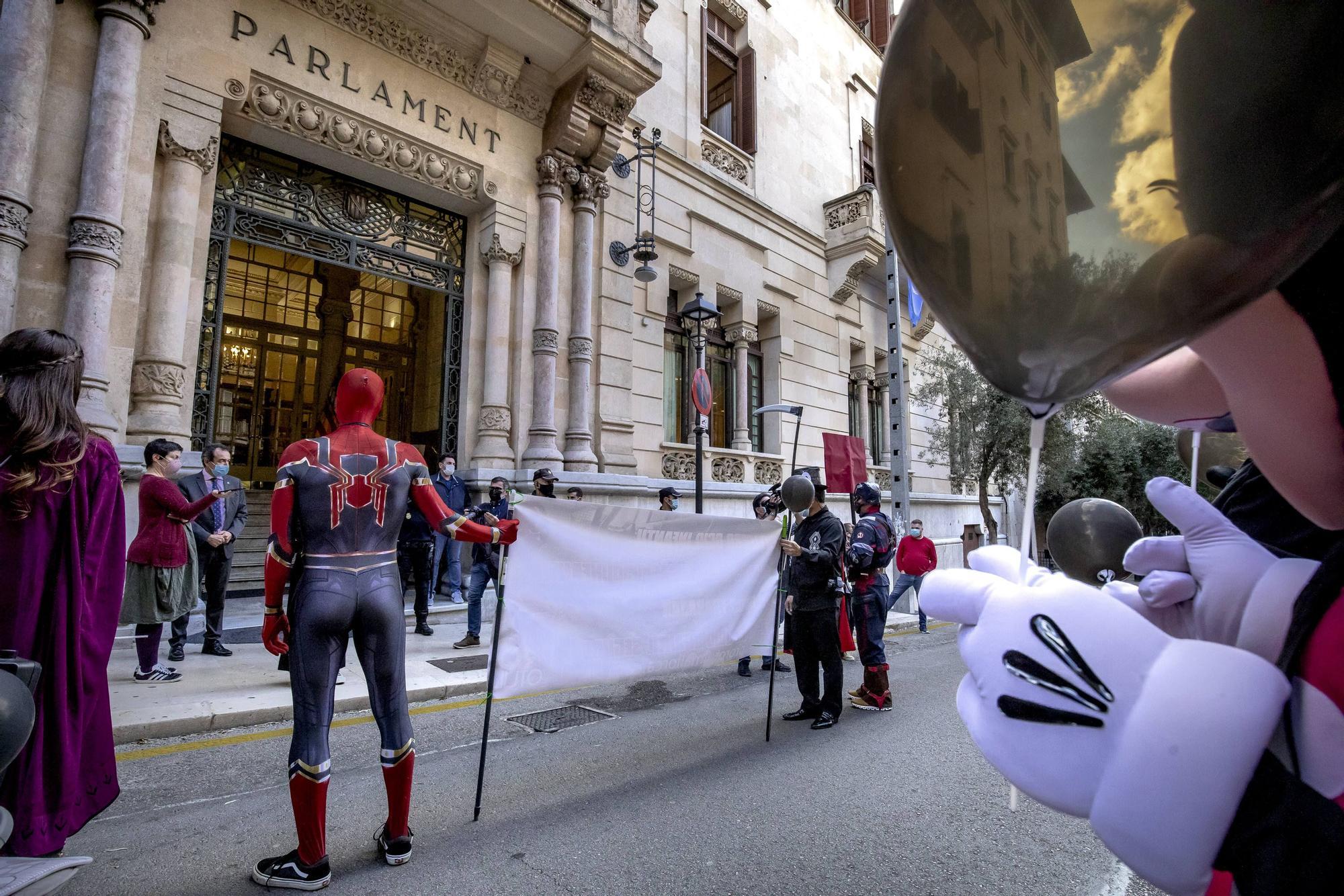 Carnaval de protesta por el centro de Palma para reclamar la reapertura de los parques infantiles