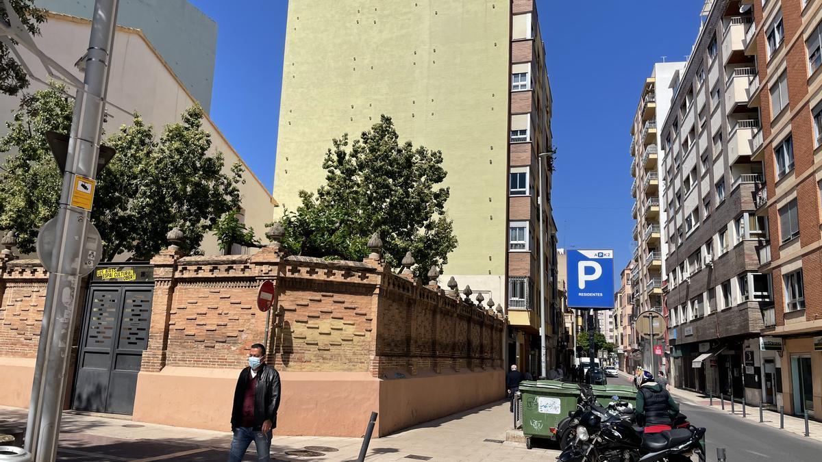 Al fondo, la fachada del edificio donde se pretendía colocar el mural.