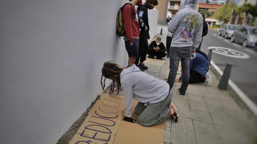 Un grupo de estudiantes se encierra en el rectorado de la ULL