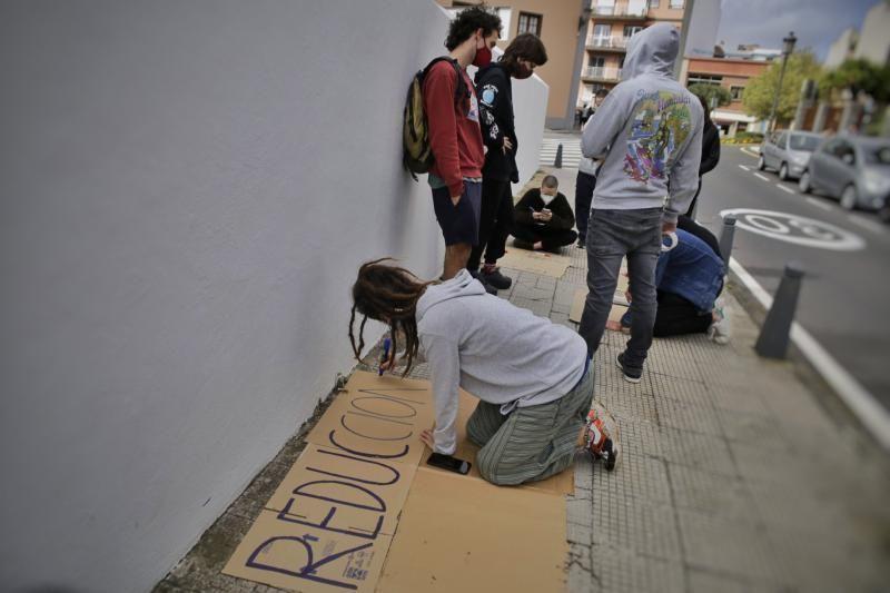 Estudiantes en el exterior del edificio del rectorado muestran su apoyo
