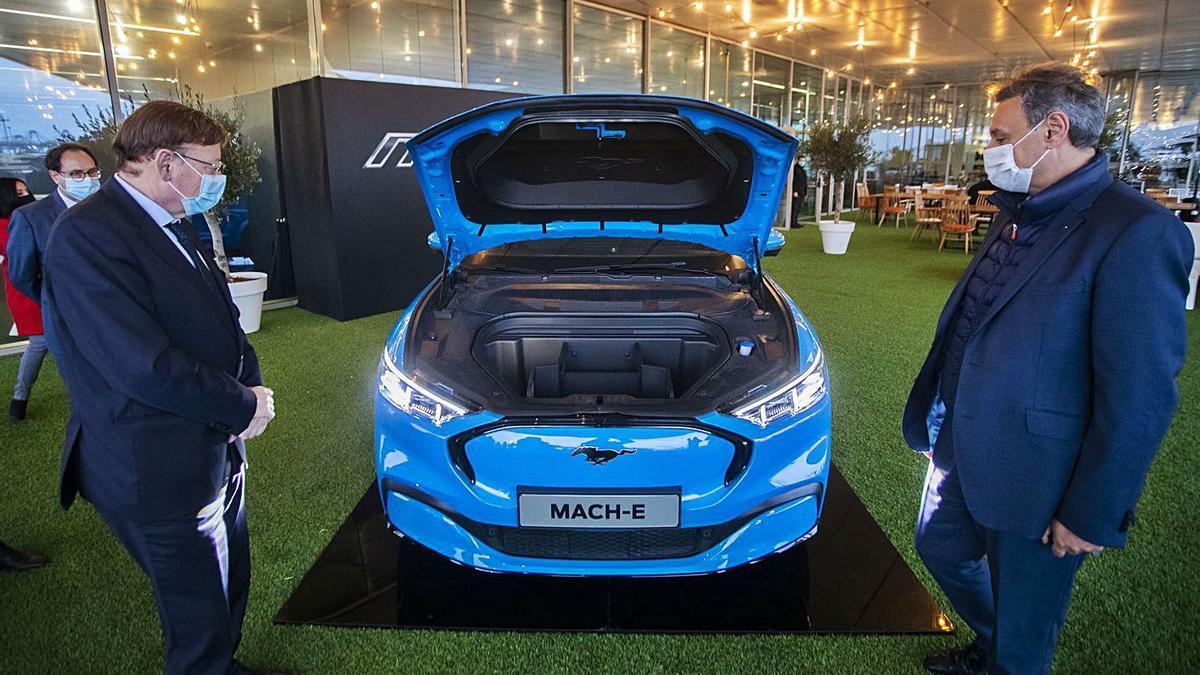 Ximo Puig y Jesús Alonso, ayer, en la presentación del Ford Mustang Mach-E. | GERMÁN CABALLERO