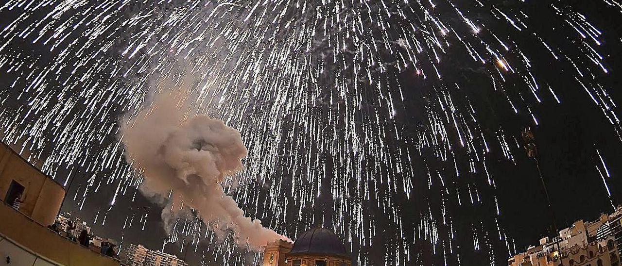Una imagen de la Nit de l'Albà de 2018, en Elche, donde se lanzaron miles de fuegos artificiales sobre el cielo de la ciudad.