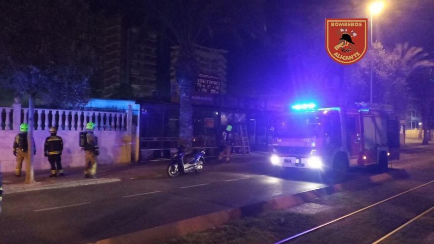 Los bomberos sofocan un incendio en un restaurante japonés de la Playa de San Juan