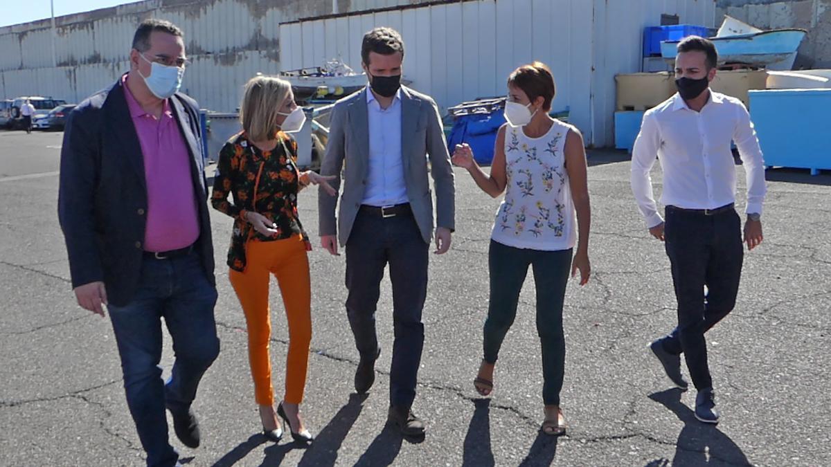 La presidenta de los populares canarios, Australia Navarro,  el líder del PP, Pablo Casado; y la alcaldesa de Mogán (Gran Canaria), Onalia Bueno; conversan durante su visita al Muelle de Arguineguín (Gran Canaria)