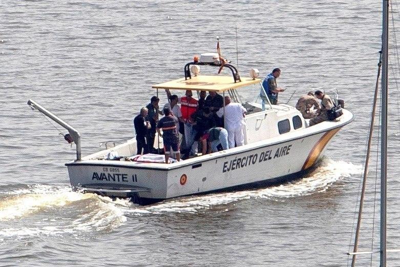 Una embarcación militar durante las labores de rescate de los dos militares fallecidos, un instructor y una alumna de la Academia del Aire.