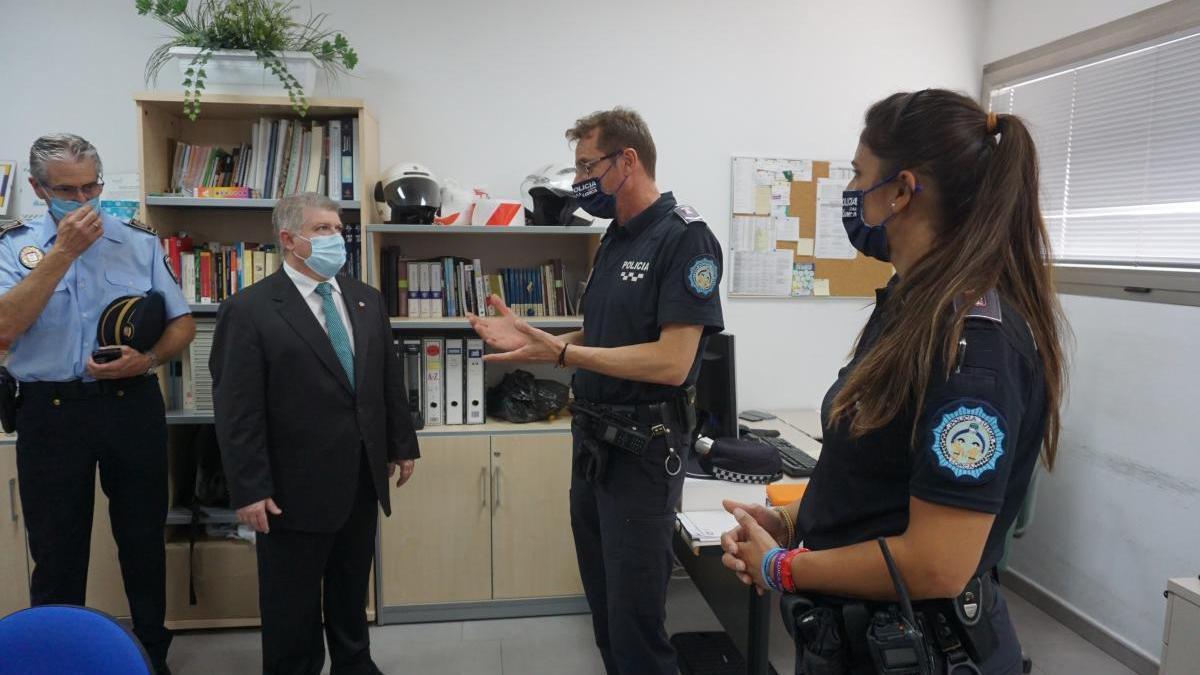 Vélez (2i), con policías en su visita del viernes a Lorca.