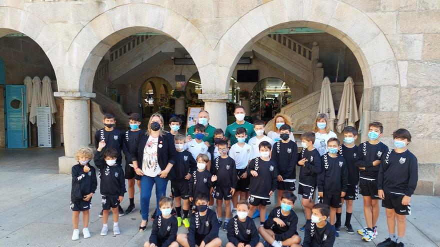 Los niños del campus del Pontevedra CF recorren el centro histórico