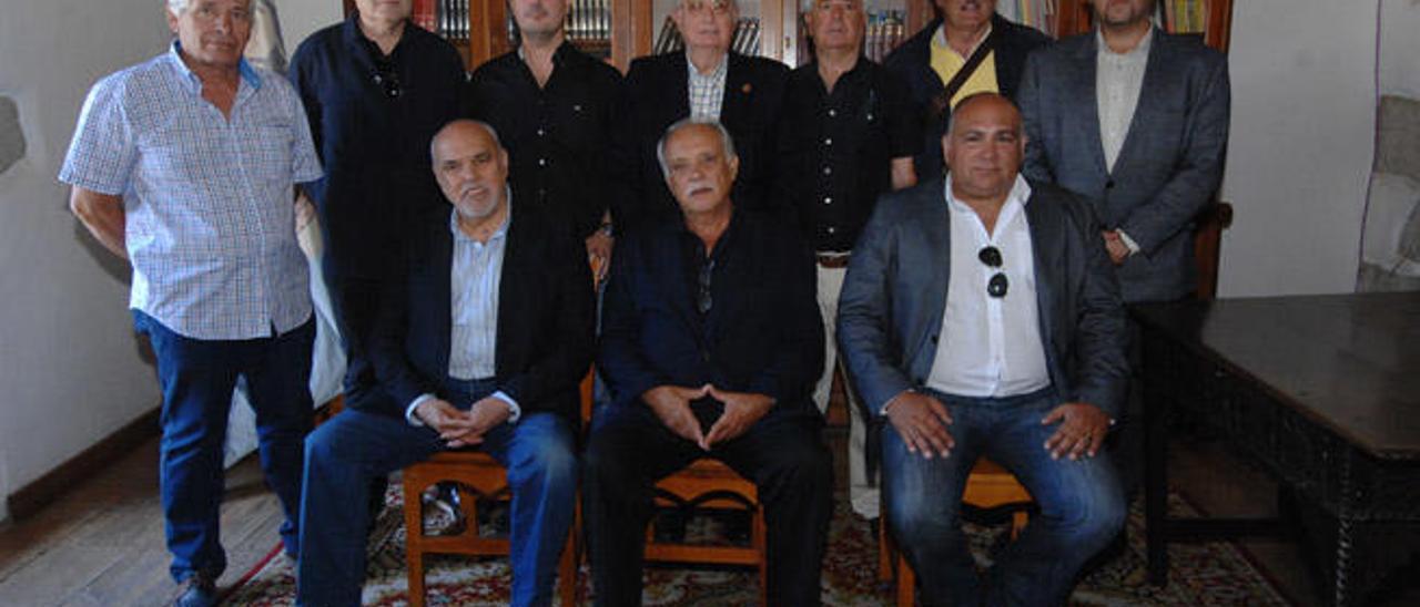 Claudio Ojeda, sentado en el centro, con la nueva junta directiva del Casino de Telde, ayer.