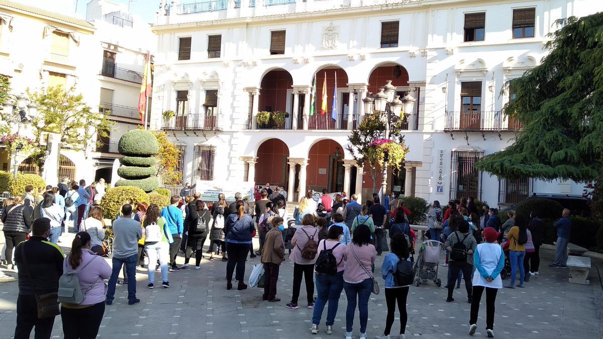 Los padres y madres, concentrados ante las puertas del Ayuntamiento.