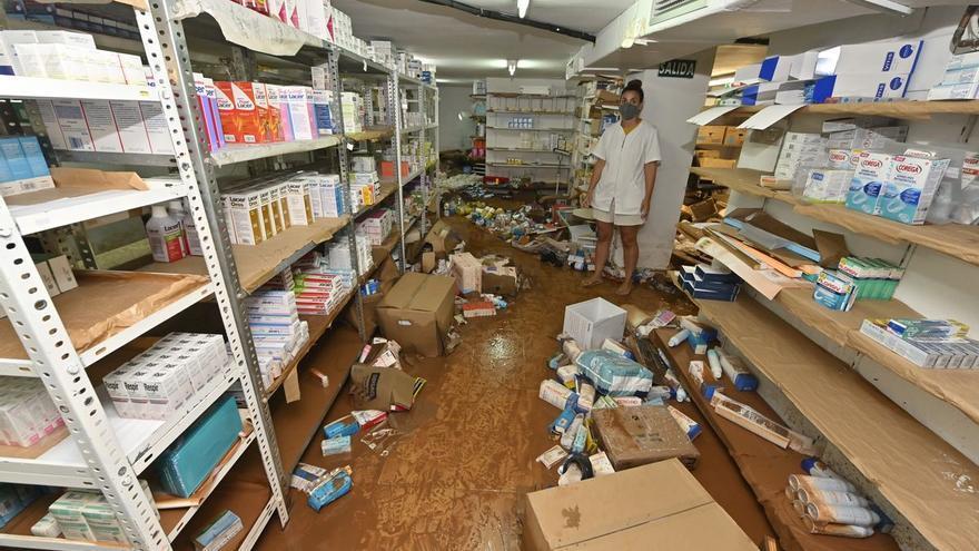 """Una farmacia de Benicàssim, tras las inundaciones: """"Tenemos que tirar cientos de medicamentos"""""""