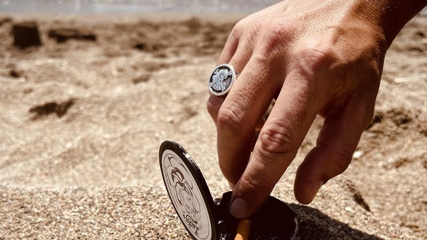 Un estudio de tatuaje reparte 1.000 ceniceros de manera gratuita en las playas de Benalmádena