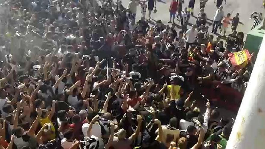 La afición del FC Cartagena da el primer empujón