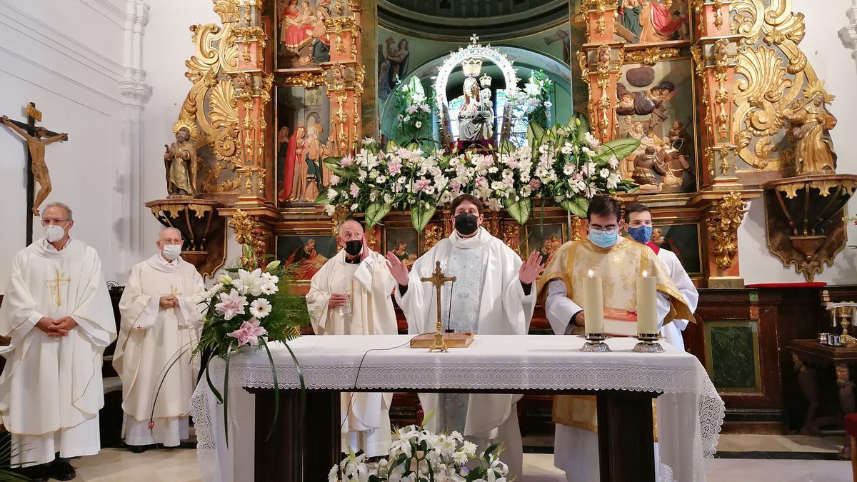 Los párrocos ofician la eucaristía de fiesta en la ermita de la Virgen del Canto